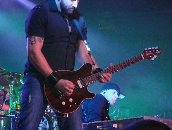 photo-guitar-Aaron-Fink-BreakingBenjamin-chastnie-foto-Fade-Away-2011