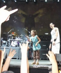 photoset-remo-Chad-Szeliga-BreakingBenjamin-with-fans-Lights-Out-2005